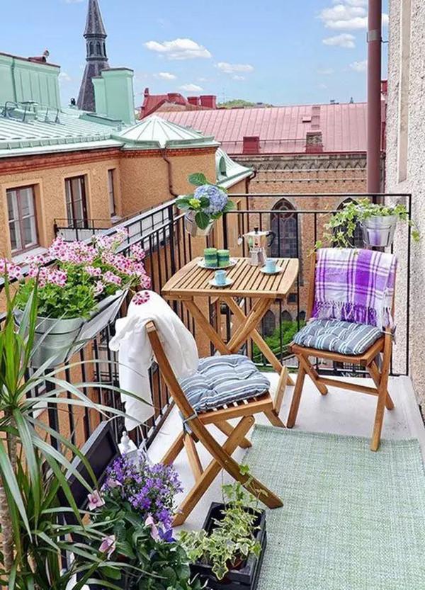 Деревянный балконный столик фото