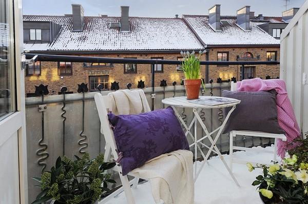 Красивый столик в интерьере балкона фото