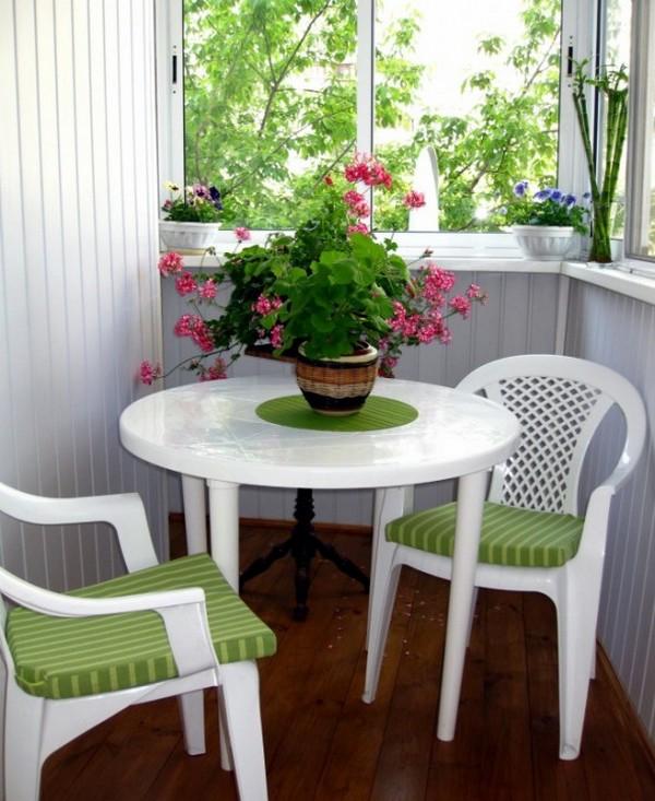 Пластиковый стол со стульями на балкон