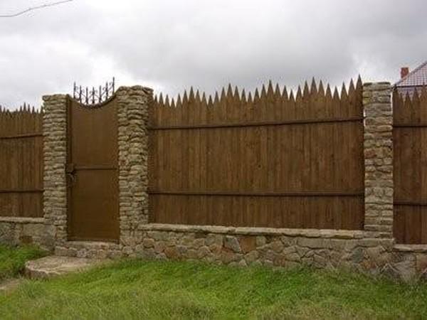 Забор из частокола на участке фото