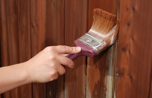 Как покрасить деревянный забор частокол