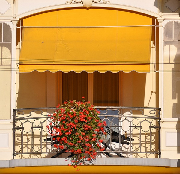 Какой сделать козырек на балконе