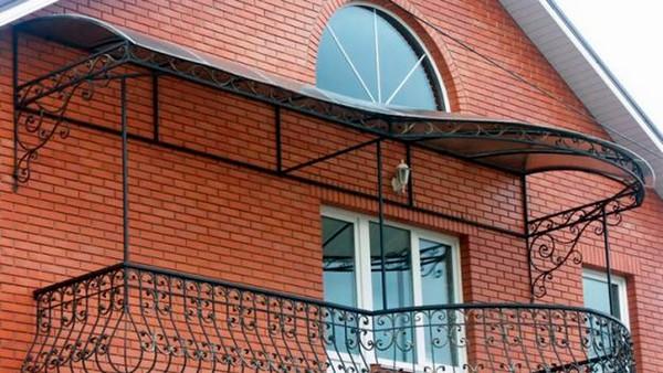 Фигурный козырек над балконом фото