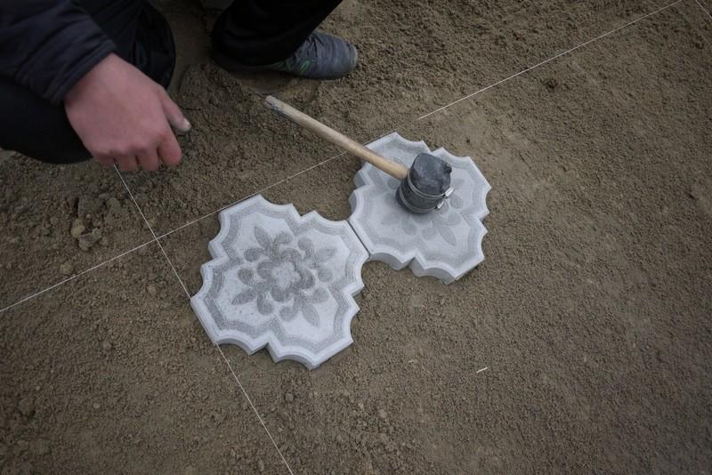 как укладывать тротуарную плитку на песок фото
