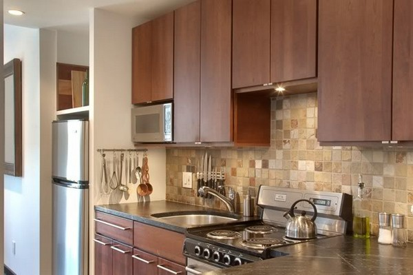 Встраиваемая микроволновая печь на кухне