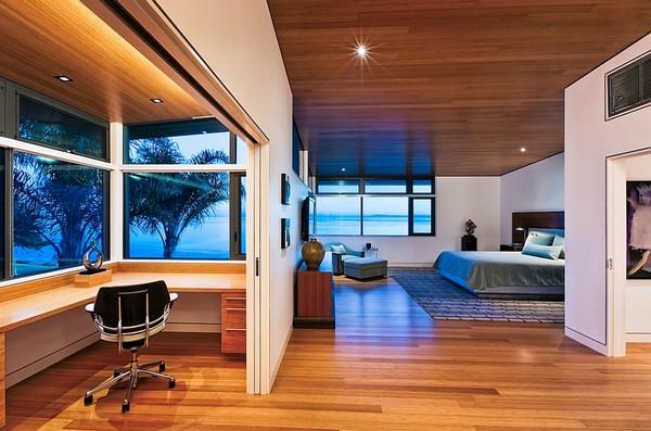 Кабинет в спальне за перегородкой с раздвижной дверью