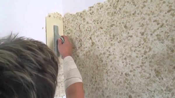 Нанесение шелковой штукатурки на стены фото