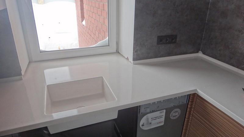 столешница под окном на кухне фото
